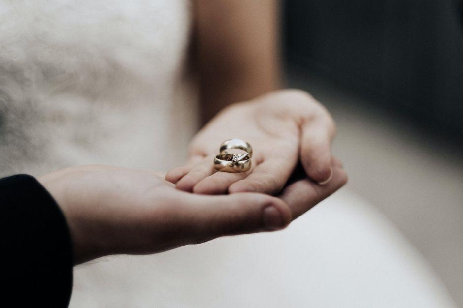 """Menores de edad son obligados a casarse en Indonesia por """"tener una cita"""" de noche"""