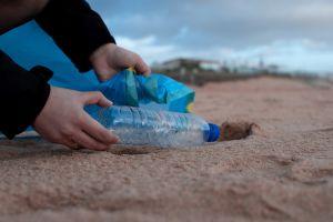 Turista deberá pagar $1,200 por llevarse arena de playa italiana