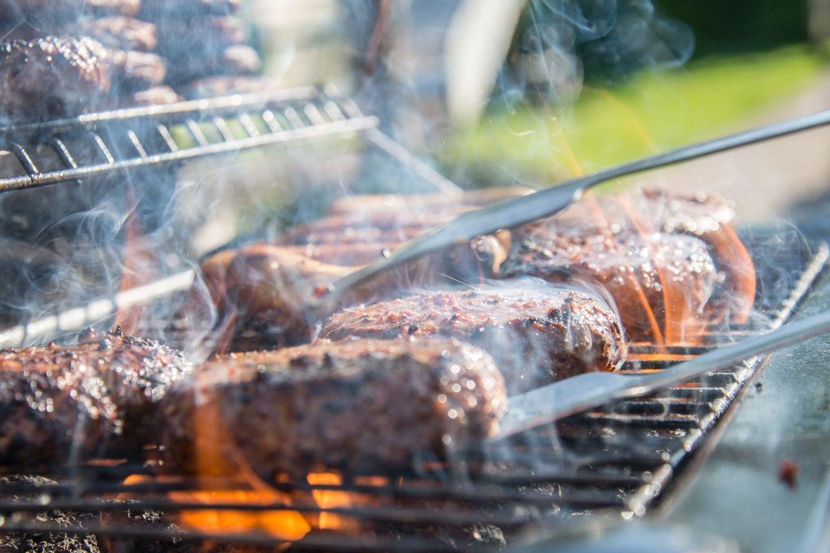 Si cocinas la carne de alguna de estas 2 formas, tu salud está en peligro