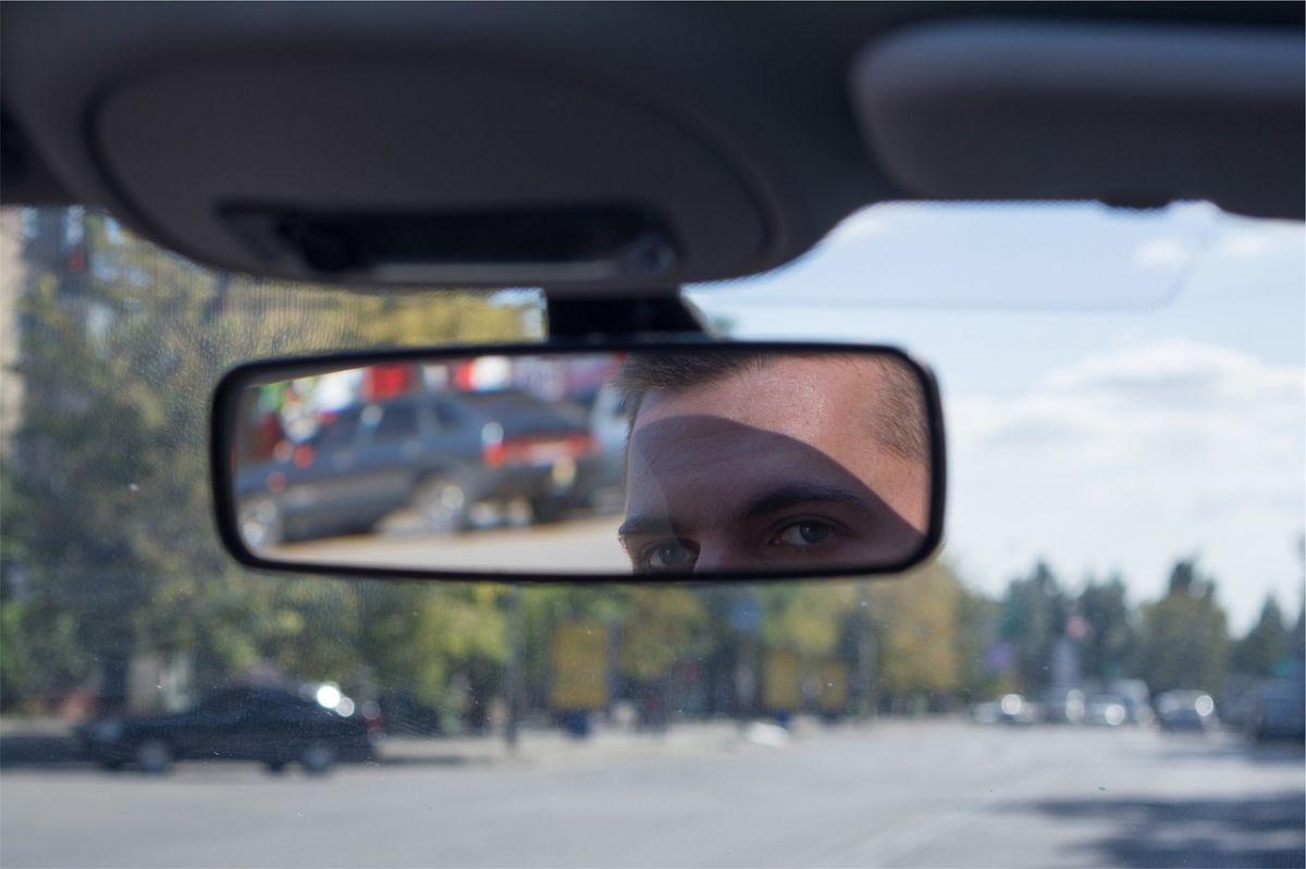 Colocar el cubrebocas en el retrovisor del auto podría costarte una multa de hasta 80 euros en España