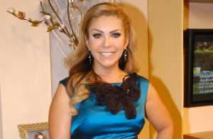 Usando un ajustado enterizo gris, Rocío Sánchez Azuara se ejercita en el gimnasio