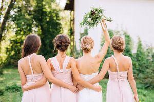 5 vestidos simples pero elegantes ideales para la madrina de tu boda