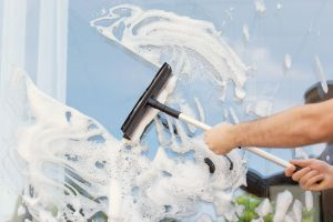 Los 4 mejores productos para limpiar las ventanas de tu casa fácilmente