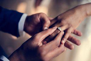 Los mejores sets de anillos de boda si te vas a casar en casa y estás buscando ahorrar en gastos