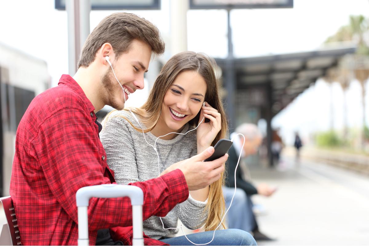 ¿Es saludable compartir los auriculares?