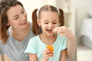 Las nuevas pautas dietéticas lanzadas por el gobierno de Estados Unidos incluyen a bebés y niños pequeños por primera vez: qué recomiendan