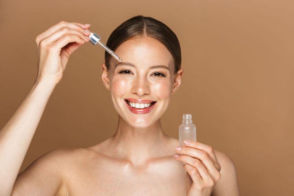 Los 4 mejores sueros faciales para prevenir las arrugas
