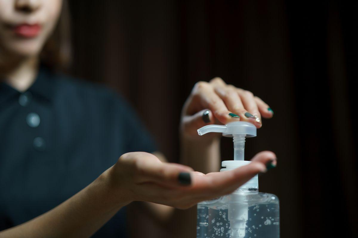 Sufre graves quemaduras en todo el cuerpo luego de encender una vela tras usar gel antibacterial