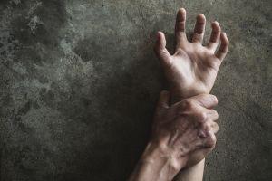 Joven universitaria es violada por 11 hombres y lanzada desde un sexto piso