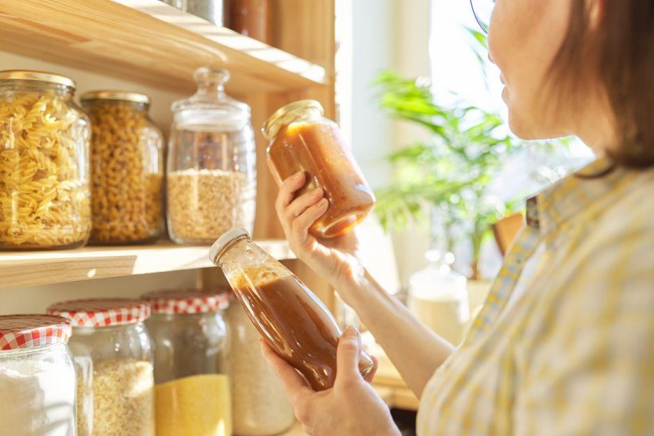 10 productos de cocina que seguro tienes abiertos y que ya debieras tirar a la basura