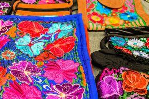 Mes de la Herencia Hispana: 10 piezas de ropa y accesorios que celebran nuestra Hispanidad