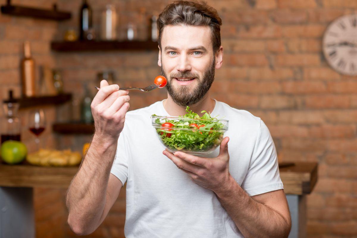 Bajar de peso para hombres: cuáles son las mejores comidas para lograrlo sin perder fuerza ni masa muscular