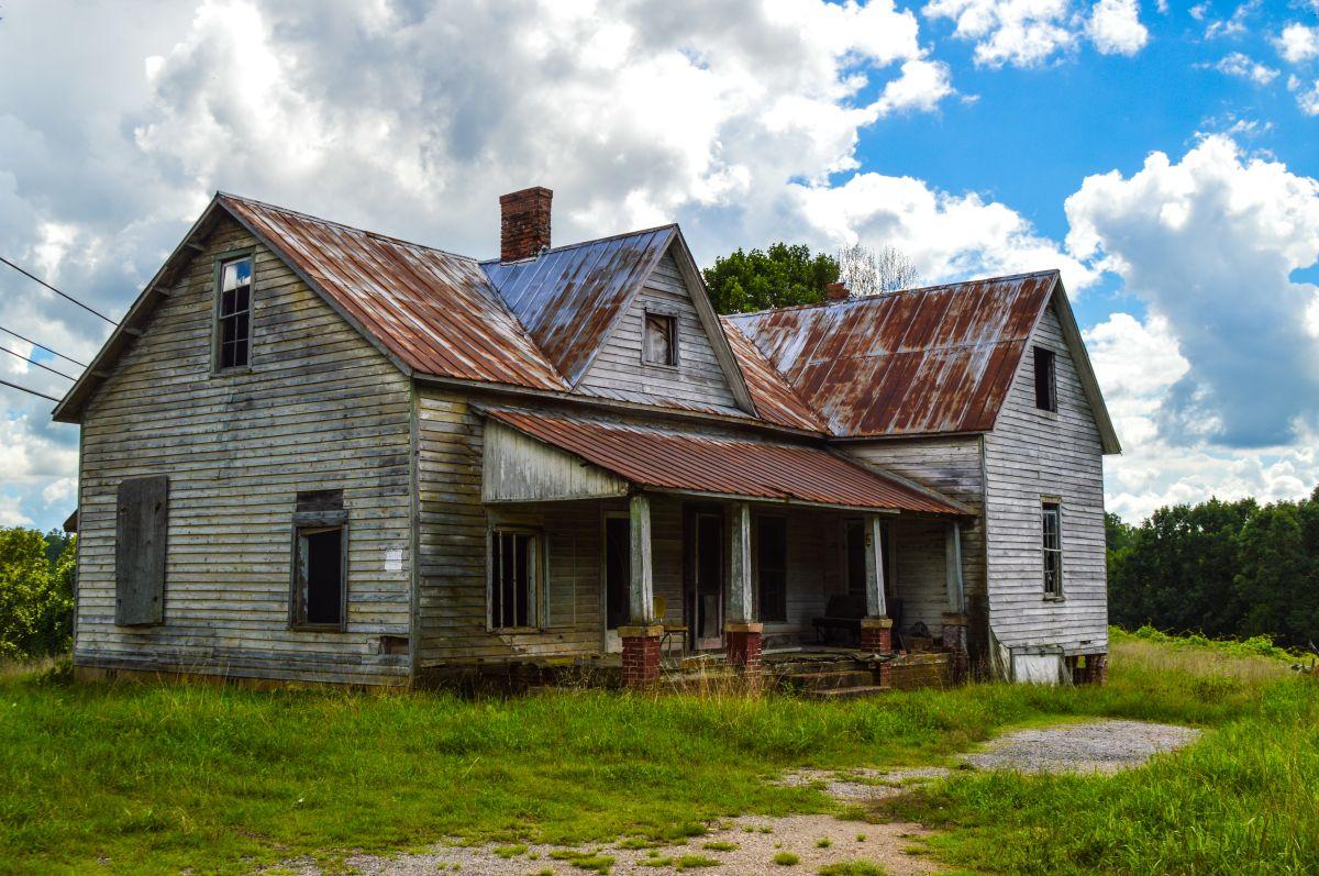 Compra casa abandonada y en ruinas sin imaginarse el tesoro que encontraría dentro de ella
