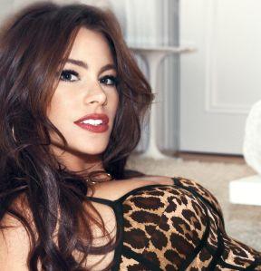 Sofía Vergara vistió de plateado sus voluptuosas curvas con un pequeño top y una minifalda de infarto