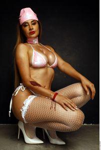 Pequeños pétalos de rosa cubren las íntimas curvas de Damaris Rojas
