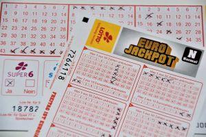 Conductor de autobús escolar gana $2 millones en la lotería con sus números se siempre