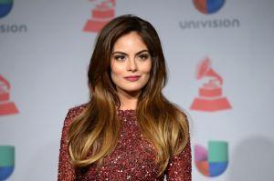 Ximena Navarrete se deja ver en la tina usando un traje de baño blanco