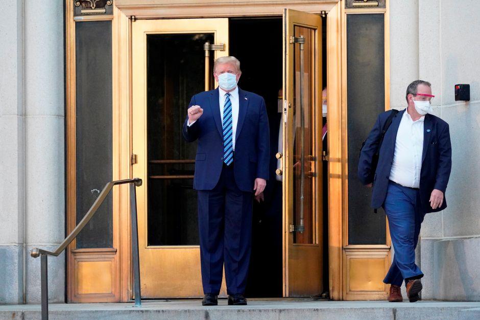 Trump sale del hospital y regresa a la Casa Blanca