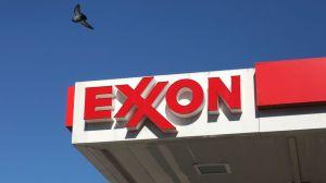 """Qué pasó con ExxonMobil, la que fue la """"empresa más grande"""" de EE.UU. hace unos años"""
