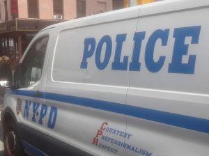Policía fuera de servicio controló balacera mientras hacía compras en Queens; anciano detenido y joven herido
