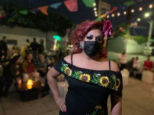 En vecindario de Corona los latinos retan el dolor del COVID-19 con arte al aire libre
