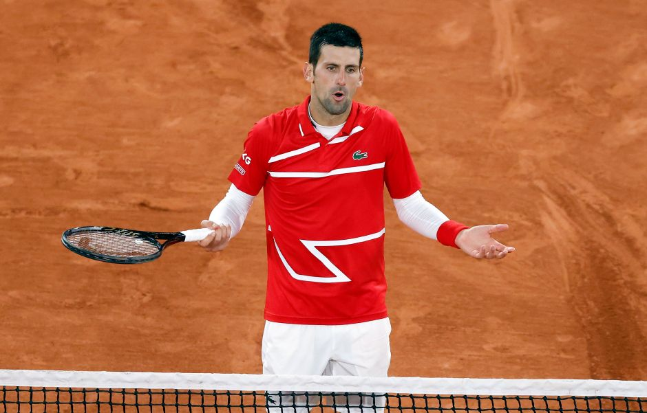 VIDEO: ¡No de nuevo! Novak Djokovic le dio un pelotazo a un juez en Roland Garros