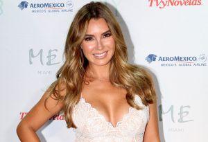 Elizabeth Gutiérrez seduce con un vestido que deja su espalda desnuda y al cantante Pablo Portillo le gustó lo que vio