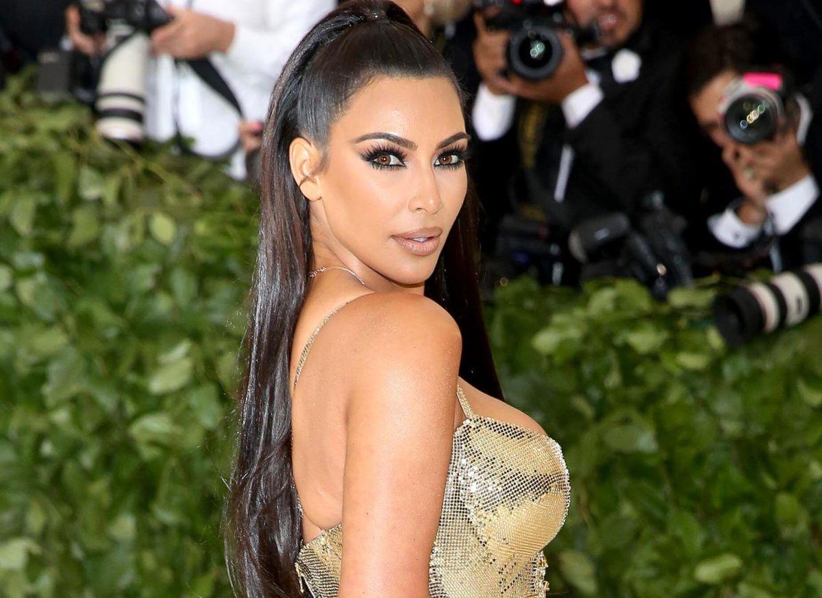 Kim Kardashian posa con más transparencias y anuncia nuevos diseños para SKIMS