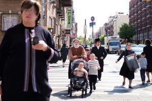 Judíos ortodoxos protestan en Brooklyn contra medidas para frenar el coronavirus