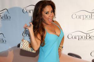 """Carolina Sandoval se desnuda en su cama y apenas tapa """"sus tesoros"""" con la sábana"""