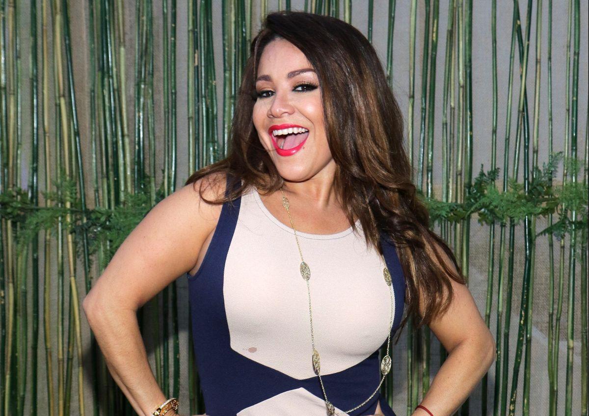"""Haciendo topless y con un hilito dental, Carolina Sandoval pregunta: """"¿Quién dijo que existía una regla para usar bikini?"""""""