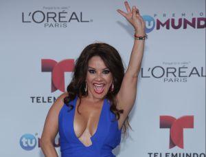 A Carolina Sandoval se le vio un seno por abajo al subir el brazo toda emocionada