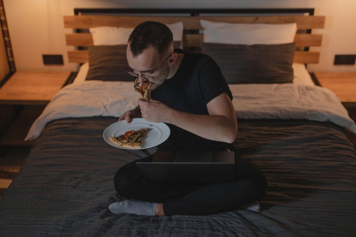 Exactamente a qué hora cenar para cuidar tu peso y dormir mejor