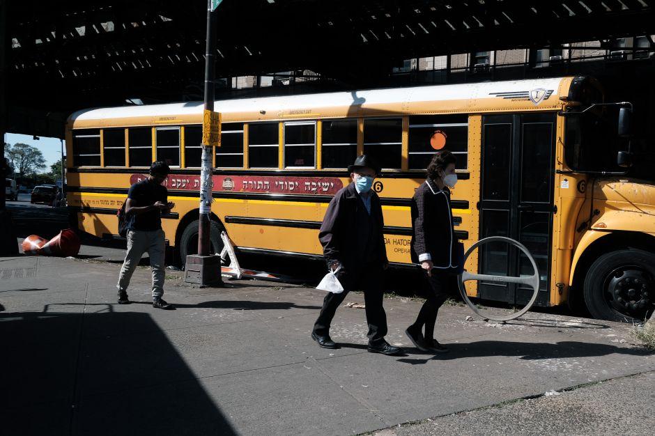 Cuomo ordena cerrar escuelas en zonas de NYC con alza de casos de COVID-19 a partir del martes
