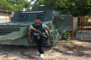 Foto: Narcos se exhiben cargando gasolina a troca monstruo impunemente