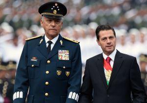 """Exsecretario de Defensa mexicano enfrenta 4 cargos de narcotráfico en corte donde fue juzgado """"El Chapo"""""""
