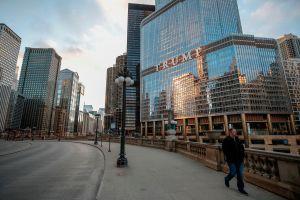 Hombre se cuelga de la Torre Trump de Chicago y exige hablar con el presidente