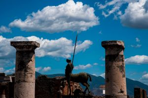 """Robó objetos arqueológicos de Pompeya;  ahora los devuelve porque están """"malditos"""" y le trajeron 15 años de mala suerte"""