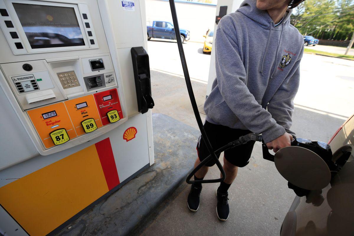 El precio de la gasolina regular está por debajo de los $2 dólares por galón