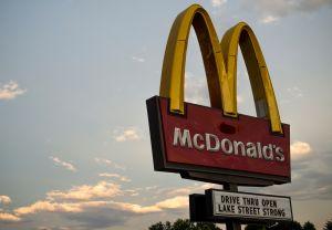 Mujer entrega $32,000 dólares a trabajador de McDonald's que pagó su comida porque ella olvidó su bolso