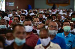 Una conversación común puede esparcir gotitas de saliva con coronavirus a varios metros de distancia, dicen investigadores