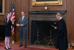 Amy Coney Barrett es oficialmente jueza de la Corte Suprema... y aumenta preocupaciones