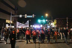 """""""Nos quitaron todo en menos de un minuto"""": video captó salvaje saqueo de boutique en Filadelfia durante disturbios raciales"""