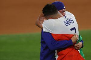 ¿Qué hay detrás de la foto del sentimiento? Julio Urías reveló qué le dijo a su compatriota Víctor González tras ganar la Serie Mundial