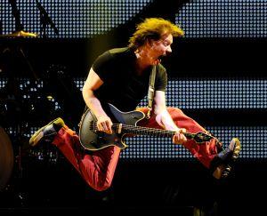 Muere Eddie Van Halen por cáncer de garganta, músico fundador de la legendaria banda de rock Van Halen