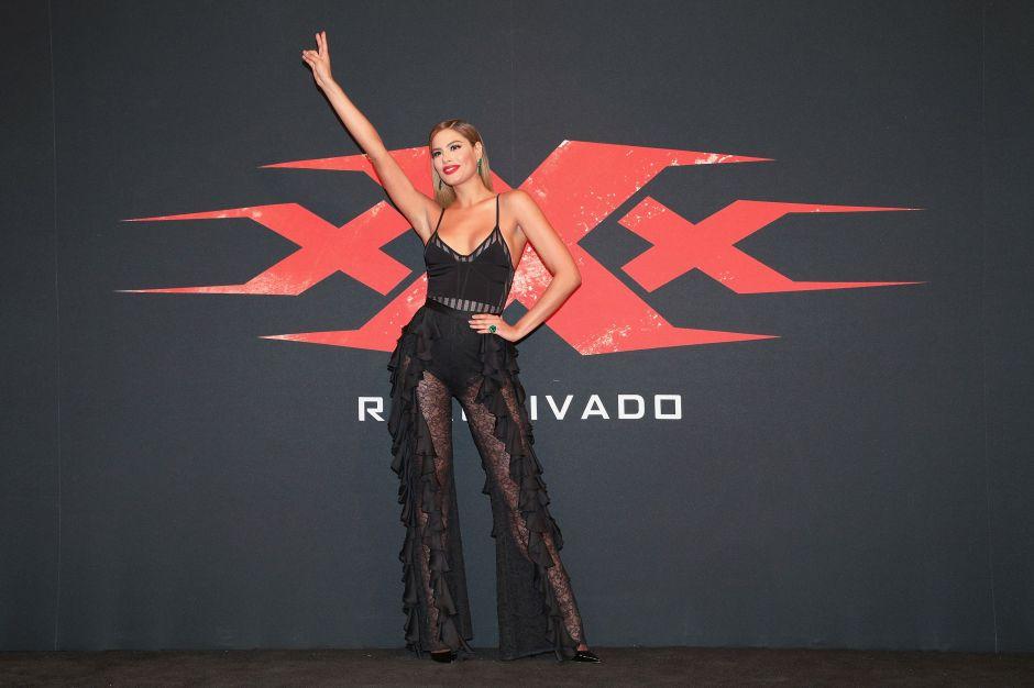 Ariadna Gutierrez lleva un entallado vestido nude que se