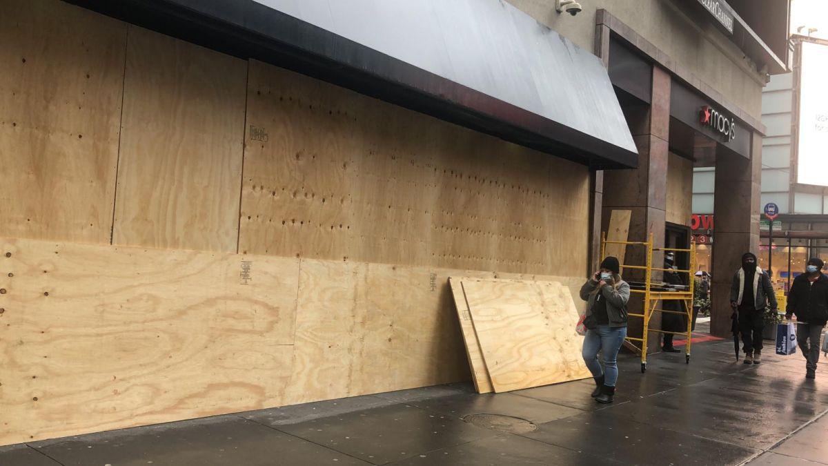 Macy's y otras tiendas de Nueva York bloquean sus vitrinas previendo turbas electorales