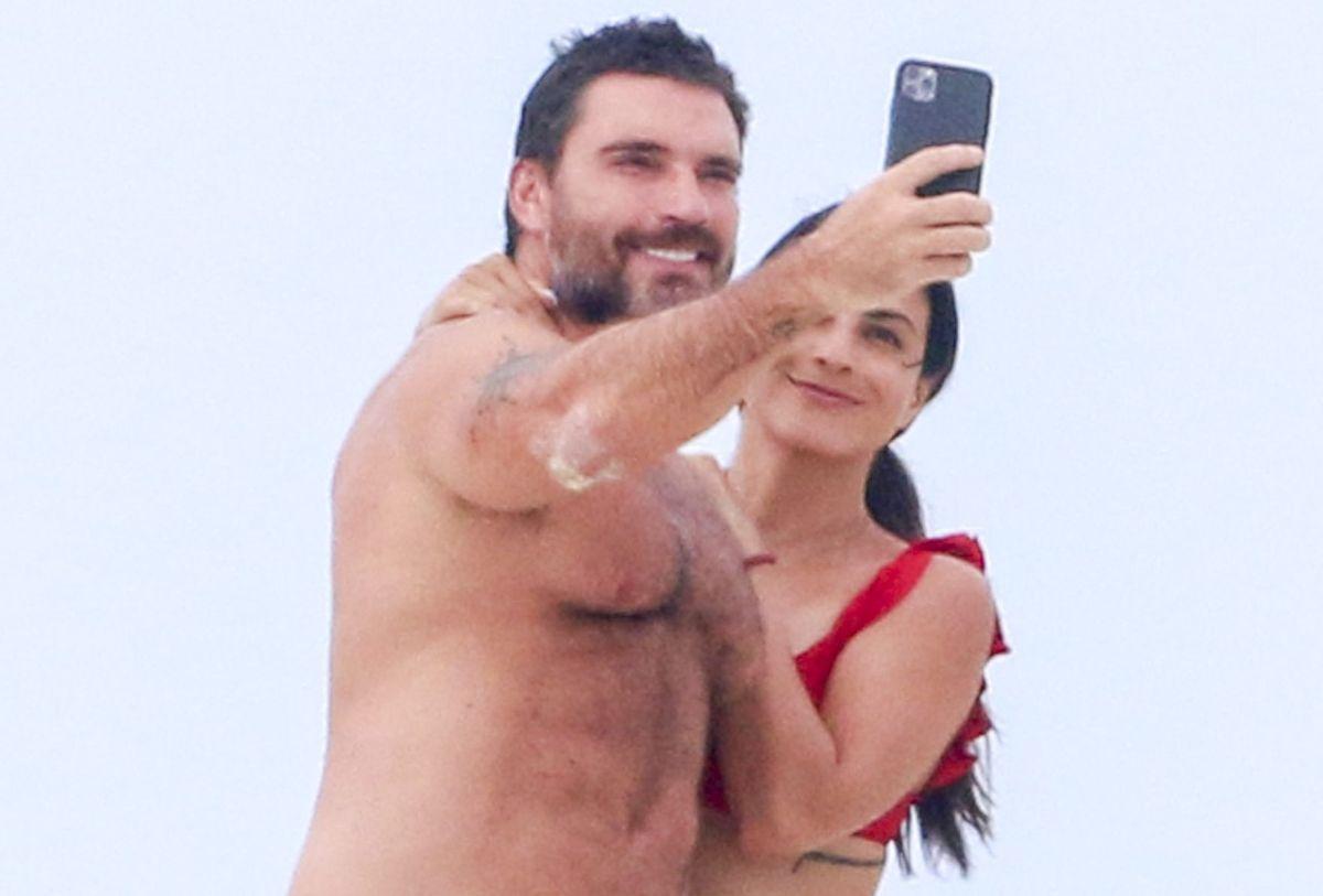 Valeria Marín consiente a Julián Gil en bikini y desbordando pasión en la playa