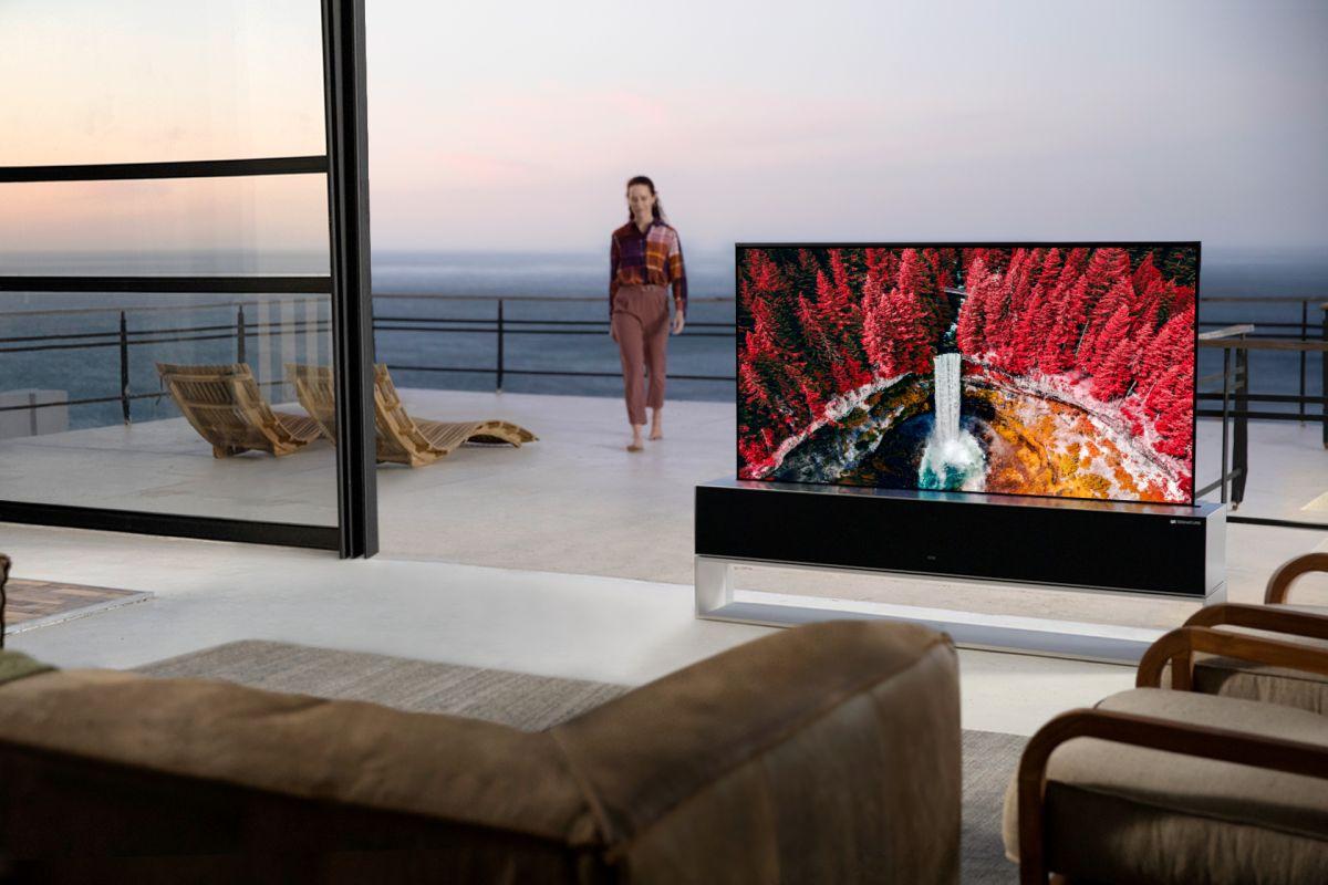 OLED 4K de LG se caracteriza porque su pantalla de 65 pulgadas se pliega para guardarse en su gabinete y aprecer cuando se requiera.