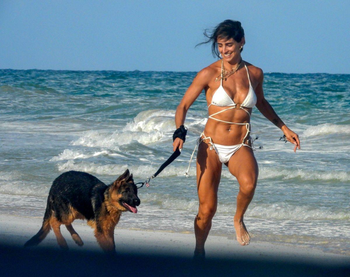 Mojada y en mini bikini blanco, Bárbara de Regil muestra su impactante cuerpo